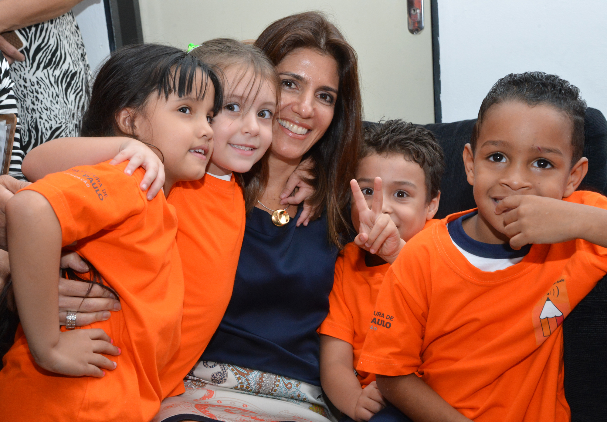 Prof. Ana Estela Hadadd, hugs students of the Infant Education Network Municipality of São Paulo, Youth Press Program.