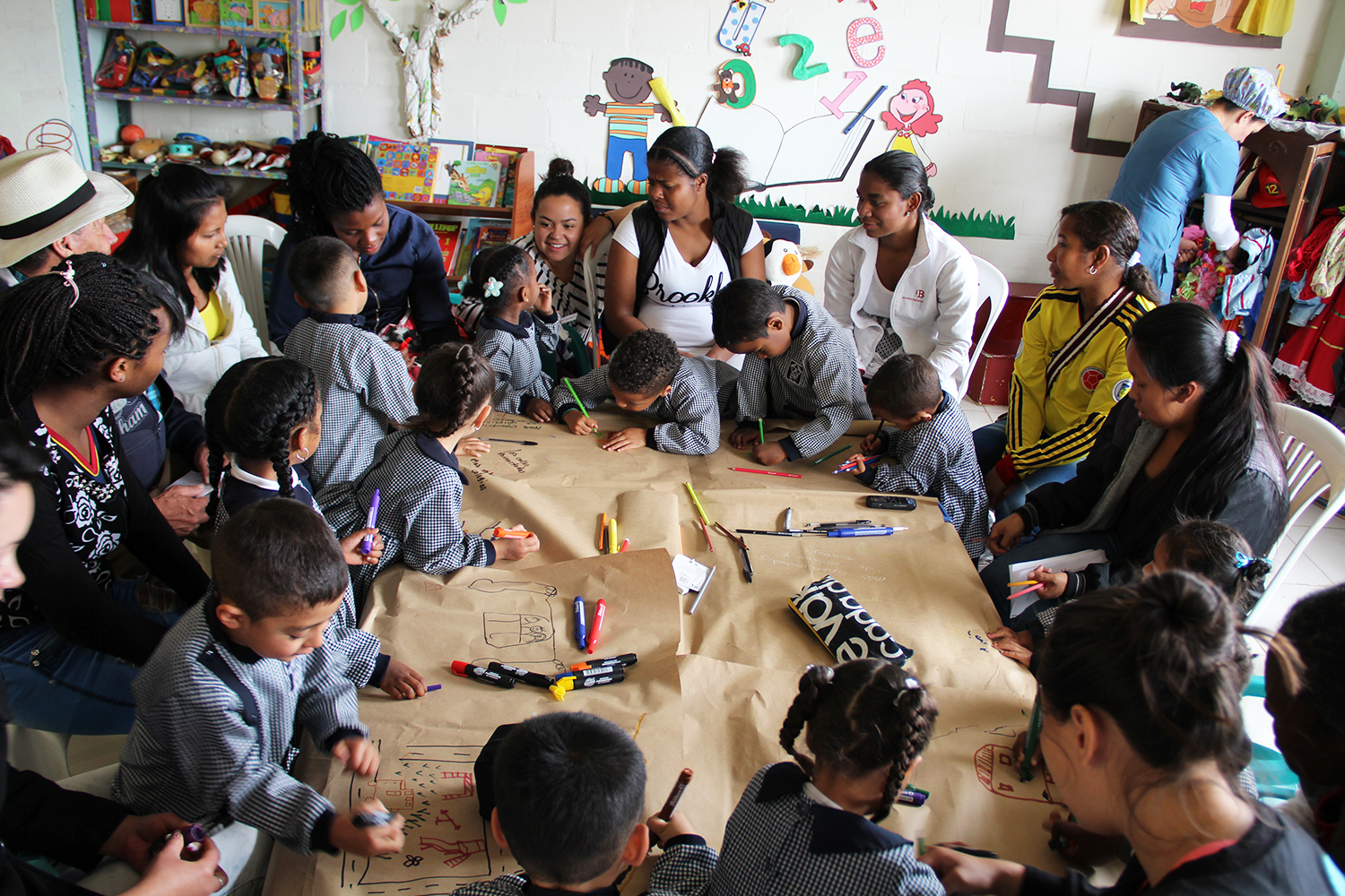 "Mothers and their children in an activity of the ""Convidarte para la Paz"" programme in the city of Bogotá."