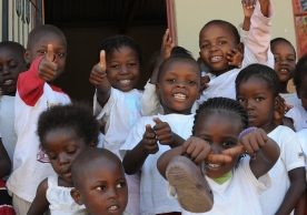 Mozambique refugee school children give thumbs up (South Africa).